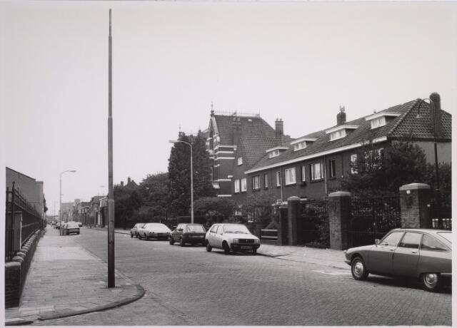 025113 - Lange Nieuwstraat gezien in de richting van de Besterdring in oktober 1980. Rechts een voormalig klooster, later een thehuis voor daklozen