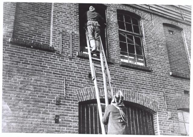 026993 - Brandweer op ladder. Van Arendonk leerdrogerij.