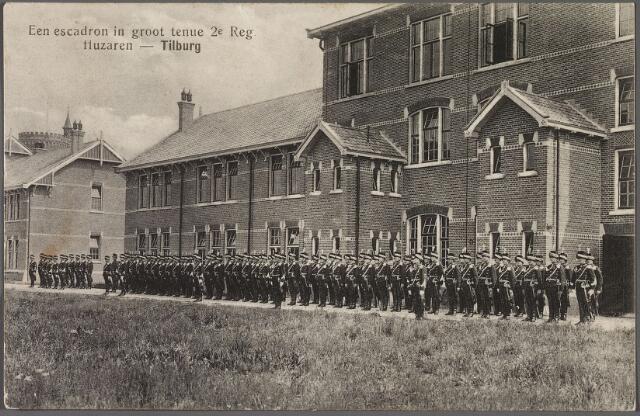 010966 - Escadron in groot tenue 2e regiment huzaren voor de Kromhoutkazerne aan de Bredaseweg.