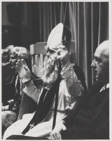 081938 - Gilze. St Nicolaas geflankeerd door burgemeester Ballings en zijn vrouw. Sinterklaas. Sint Nicolaas.