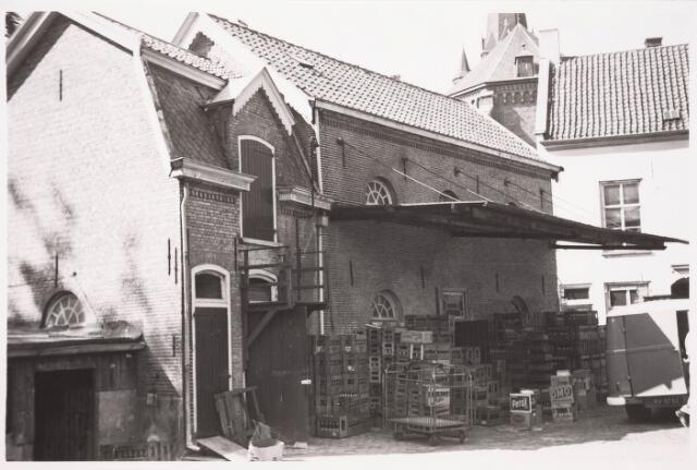 036206 - Stadhuisplein.    achterzijde Monumentstraat firma Emile de Bruyn. Opslag kratten met flessen