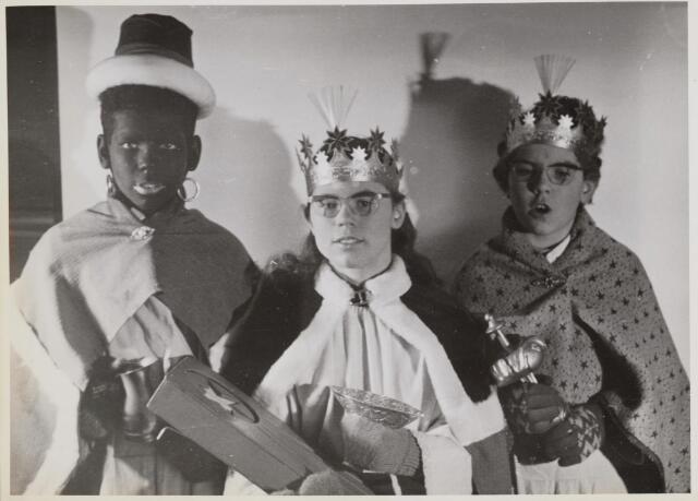 045474 - Driekoningenzangertjes uit Goirle, van links naar rechts Frank (22 juli 1957, Jeannette (27 augustus 1956) en Annelies van Gool (23 januari 1959) uit Gorle. Foto gemaakt op 6 januari 1968