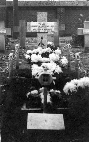 064694 - Tweede Wereldoorlog. Graf van oorlogsslachtoffer. Joannes Adrianus A. Uijtdewilligen geboren Tilburg 12 juni 1915, overleden Tilburg 27 oktober 1944.