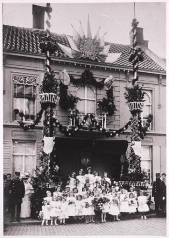 030972 - Schouwburgring. Goudenbruiloft familie Leonardes Mennen en Johanna Tromp. Hij was 22 jaar opzichter bij Gemeente Werken Tilburg. Deze foto met bijschrift staat vermeld in Tilburgse Courant woensdag 27 mei 1908.