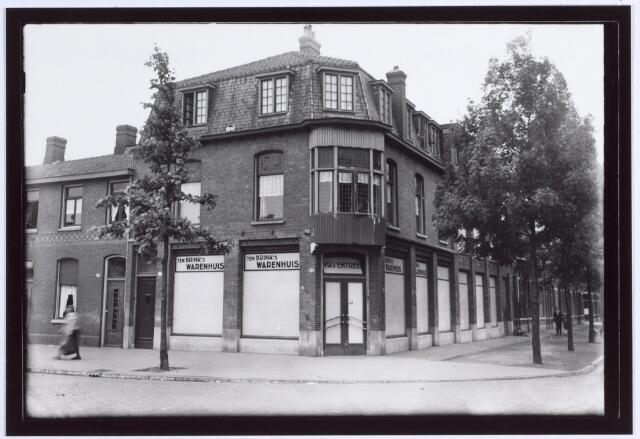 014856 - Ten Brink´s Warenhuis op de hoek Besterdring - Gasstraat (links) anno 1944. Later werd het pand veranderd in een café. In de jaren ´90 is het tot de grond toe afgebrand