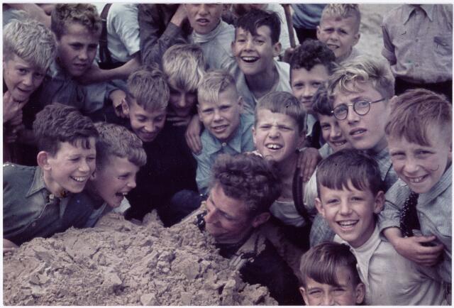 051229 - Basisonderwijs. r.k. lagere school. St. Jozefschool. Leerlingen van de St Jozefschool uit de wijk Broekhoven ll (die behoorde onder de parochie H. Familie in Tilburg) in de Drunense Duinen. Enkele namen van leerlingen: A. van Hamont, H. Couwenberg, J. v.d. Water, Th. v.d. Pennen, ... de Kort, ... Evers en ... van Egmond.