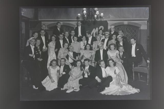 654926 - Groepsfoto van jonge mannen en hun dames in galakleding. Dispuut A1?