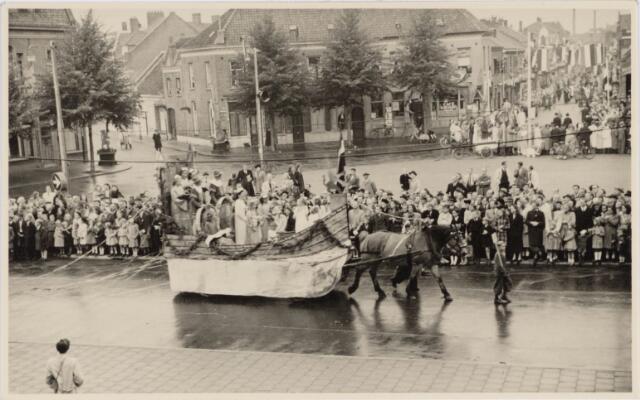 048995 - Festiviteiten te Tilburg b.g.v. het 50-jarig regeringsjubilé van Koningin Wilhelmina op 6 september 1948. Aankomst van koning Willem II bij de 'Vier Winden' aan de Bredaseweg ter hoogte van het oud Belgisch lijntje.  Verslag over deze festiviteiten met optocht staat in het Nieuwsblad van dinsdag 7 september 1948. Hier trekt de praalwagen met het schip van staat over het Willemsplein.