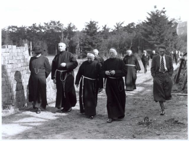 016487 - Op 8 september 1937 zegende mgr. Hendrikx, vicaris-generaal van het bisdom 's-Hertogenbosch, het klooster Mariahof van de Broeders Penitenten in.