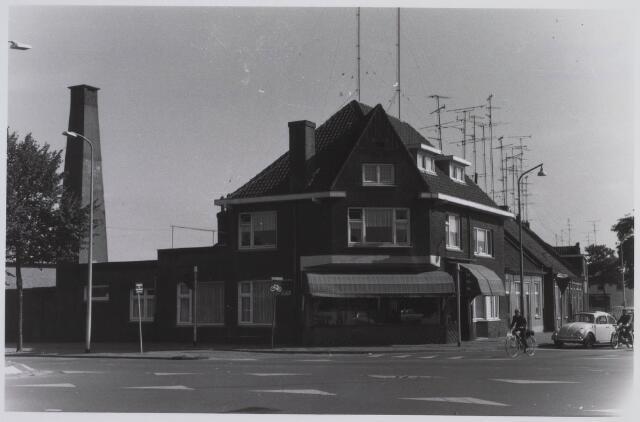 023420 - Slagerij annex woonhuis van Schapendonk op de hoek Julianapark - Ringbaan-Noord (voorgrond)
