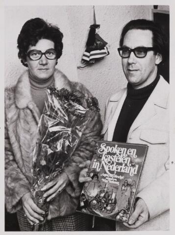 086306 - het echtpaar in 't Groen-van Dongen leende het 150.000e boek van de bibliotheek in Dongen