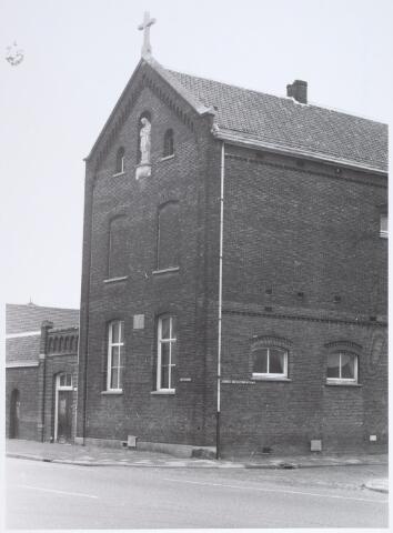 014873 - Basisonderwijs. Gedeelte van een schoolgebouw, een voormalige kleuterschool aan de Adriaan van Hilvarenbeekstraat (Besterdring) anno 1976. Drie jaar later werd het pand gesloopt