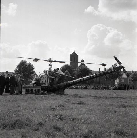 650443 - Schmidlin. Reclamestunt van de Albert Heijn: een helikopter landde op het Stuivesantplein, 1954. Op de achtergrond is de kerk van Broekhoven zichtbaar.