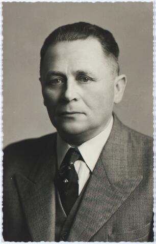 005475 - Joannes Baptista (Jan) REMMERS (Tilburg 1899 - Den Bosch 1966) begon als wagenmaker; werd de stichter van Carosseriebedrijf Remmers aan de Ringbaan-Noord. Hij was o.a. voorzitter van de R.K. Middenstandsbond afd. Tilburg en van de Diocesane Bond; ondervoorzitter van de Kamer van Koophandel, voorzitter van de Tilburgse Bond van Handboogschutterijen. Hij was Ridder in de Orde van Oranje Nassau (1956) en Ridder in de Orde van St. Sylvester (1966). In 1925 was hij getrouwd met Anna Catharina Antonia Vriens (geb. 1901).