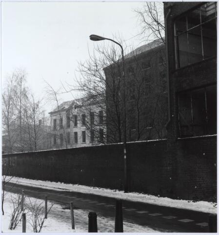 024434 - Textiel. Drie gebouwen behorend bij de lakenfabriek vamn Brouwers. Het witte gebouw dateert van vóór 1860, het middelste uit 1868 en het rechtse uit 1944