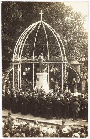 008944 - Plechtige onthulling van het Pettrus Donders monument aan het Wilhelminapark.