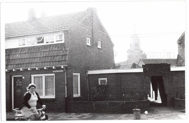 015528 - Hoekpand aan de Van Bleijswijckstraat. Op de achtergrond de toren van de parochiekerk van de Hoefstraat