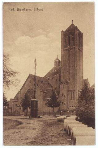 000295 - Op de voorgrond de huidige Voltstraat, op de achtergrond de Broekhovenseweg met de kerk  van O. L. V. Moeder van Goede Raad (Broekhoven I) Verder op de ansicht rioleringsbuizen, een tranformatiehuisje en een lichtmast.