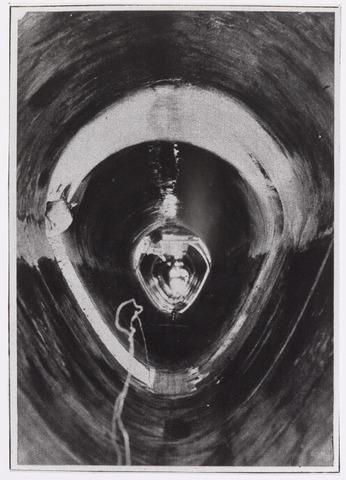 042222 - Tekening. Riolering. Doorkijk in de rioolbuizen tijdens de aanleg in 1927. De pijpen waren 2.15 meter hoog en 1.90 meter breed  Reproductie uit Brabantse Illustratie