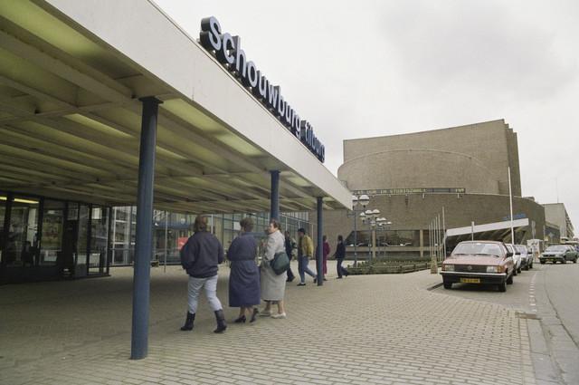 TLB023000027_004 - Cultuur. Schouwburg Tilburg ontworpen door de architecten Bernard Bijvoet en Gerard Holt en in 1961 in gebruik genomen. Op 9 april 2015 werd door de Rijksdienst voor Cultureel Erfgoed Schouwburg Tilburg aangewezen als Rijksmonument. Foto gemaakt in kader van Kunstonderwijs. In Schouwburg Tilburg is ook enige tijd de Kunstuitleen gevestigd geweest.