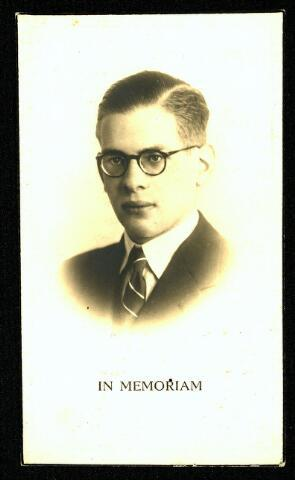 604512 - Bidprentje. Tweede Wereldoorlog. Oorlogsslachtoffers. Petrus Adrianus J.M. van der Wegen;  werd geboren op 23 mei 1921 in Tilburg en overleed op 3 januari 1944 in Braunschweig, Duitsland.  Peter van der Wegen was student aan de Technische Hogeschool in Delft. Omdat hij de door Seyss-Inquart geëiste loyaliteitsverklaring weigerde te tekenen, werd hij overgebracht naar Duitsland in het kader van de Arbeitseinsatz. Hij overleed op 3 januari 1944 in een ziekenhuis in Brunswijk (Braunschweig) Duitsland.