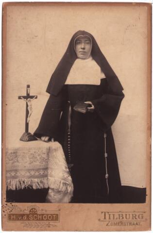 003802 - Soeur Cécile, in de wereld Antonetta Maria van den BREKEL, geboren op 12 april 1879 in Tilburg als dochter van Jacobus (Jac) van den Brekel (1841-1891), de oprichter van het bekende Tilburgse kledingmagazijn van die naam, en Anna Jacoba STAPS (1840-1917). Zij trad in bij congregatie der Zusters Franciscanessen, klooster St. Agnietendal in Arendonk (België). Haar broer, Adrianus Josephus van den Brekel (1876-1956), was pastoor in Zevenbergschen Hoek en later pastoor-deken van Kaatsheuvel.