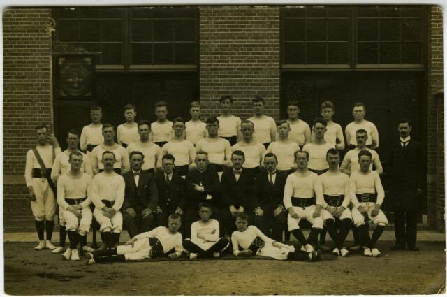 604115 - Onbekende Tilburgse gymnastiekvereniging. De vaandeldrager links is Christianus Franciscus Govers (1901-1968)