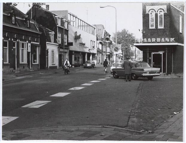 024692 - Korvelseweg met links de meubelzaak van Govers en rechts, op de hoek met de Nieuwstraat, het oude gebouw van de RABO-bank