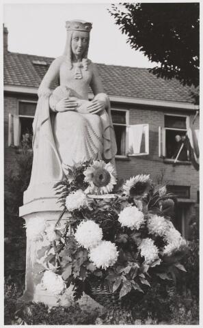 067937 - MARIA, KONINGIN VAN DE VREDE. Beeld uit tufsteen van Jan RIPSON (1915-1947). Het kwam tot stand op initiatief van de gezamenlijke buurtbewoners, als blijk van dank aan MARIA voor het eindigen van de oorlog. Het werd geplaatst op het kardinaal De Jongplein (parochie 't Goirke) en ingezegend op 2 okt. 1949.     Trefwoorden: Kerkelijke kunst, openbare ruimte.