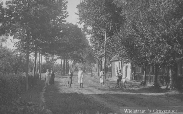 065874 - Wielstraat. Uiterst rechts  Hanneske van Gool en met kind is Cees Verhagen met op arm dochter Jo en rechts naast hem zoon Gerrit.