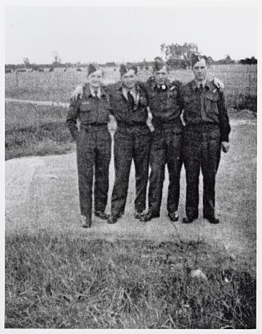 013756 - WO2 ; WOII ; Tweede Wereldoorlog. Verzet. Piloten. Bemanningsleden van een op 25 mei 1944 tussen Tilburg en Dongen verongelukte Canadese Halifax. Van links naar rechts Bert Dawson, Mario Fernandez de Leon, Ron Rudd en Lorne Shetler. Laatstgenoemde werd door de Duitsers gevangengenomen