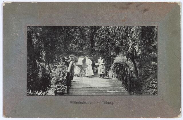 002961 - Wilhelminapark, bruggetje met enkele kindermeisjes.