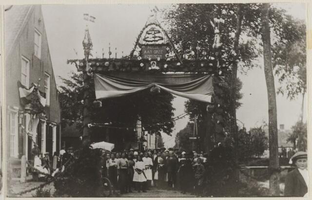 058756 - Regeringsjubileum van Koningin Wilhelmina in 1923. Vaartweg, links café 't Haasje