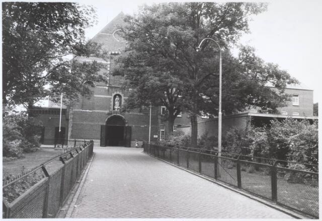 024706 - Voorgevel van de capucijnenkerk aan de Korvelseweg halverwege 1962