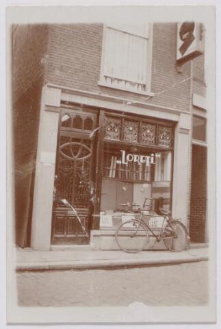 043985 - IJssalon Loreti aan de Tuinstraat 31. De salon was eigendom van de Italiaanse ijsmaker Ciro Ducci, geboren te Pitaglio op 24 oktober 1901. Ducci vestigde zich op 14 mei 1937 in Tilburg, maar keerde een jaar later weer terug naar Italië.