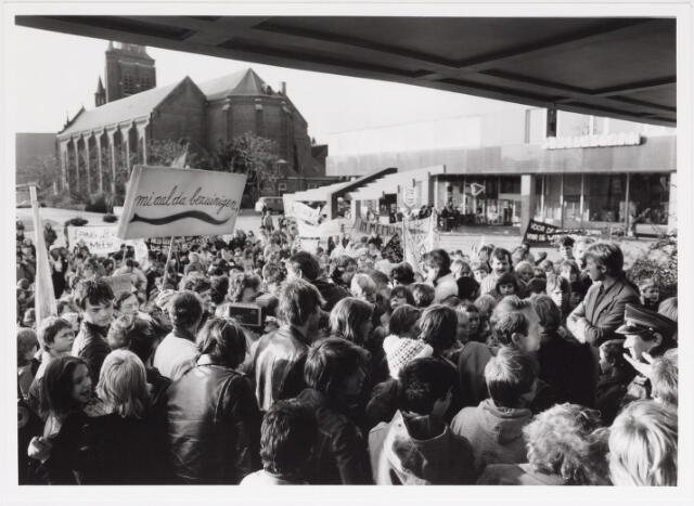 042493 - Demonstratie van kinderen en bejaarden tegen de gemeentelijke bezuingingen van de buurt- en clubhuizen.