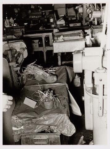 050145 - Volt, Ontspanning, Sint Nicolaas. De opname is waarschijnlijk gemaakt in de afdeling Metaalwaren omstreeks 1955. Op het kaartje staat de naam Mermans. Sinterklaas. St. Nicolaas