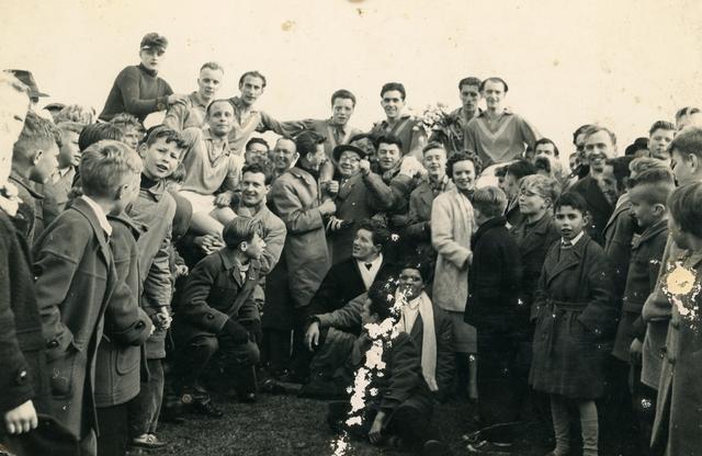 800132 - Sport. Voetbal. Voetbalvereniging R.K.S.V. Taxandria in Oisterwijk. Kampioen in 1956-1957.