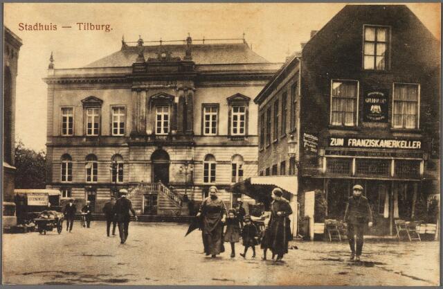 010351 - De Markt met het voormalige gemeentehuis en rechts hotel De Gouden Zwaan van Jos. Broeckx. Links bij de Heikse kerk wordt groente verhandeld. Bij de kerk een handkar met kool. Het hotel van Broeckx stond eigenlijk midden op straat. Aan de linkerzijde komt de Kloosterstraat uit op de Markt, rechts de Raadhuisstraat.