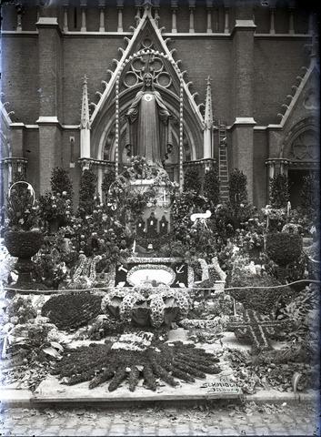 653710 - Religie. Onthulling van het Heilig Hartbeeld voor de st. Jozefkerk.
