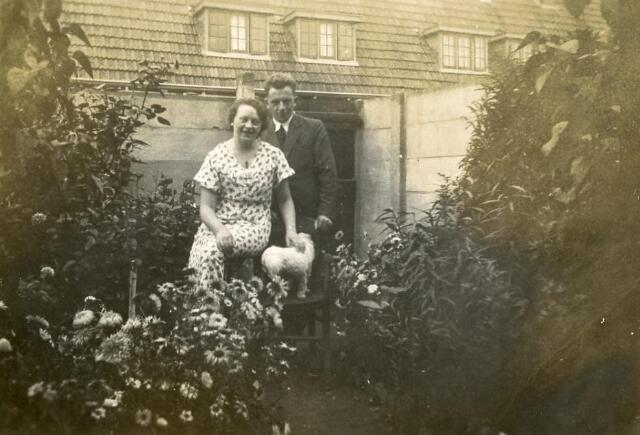 601086 - Bernardus Jozef Antonius van Berkel, geboren te Tilburg op 15 maart 1902, was chef afdeling kunstmest van de provinciale voedselcommissaris in Tilburg. Hij overleed in Tilburg op 9 september 1956. Hij trouwde aldaar op 19 augustus 1929 met Anna Maria Elisabeth (Annie) Dusée, geboren te Tilburg op 23 februari 1902 en aldaar overleden op 25 april 1979.