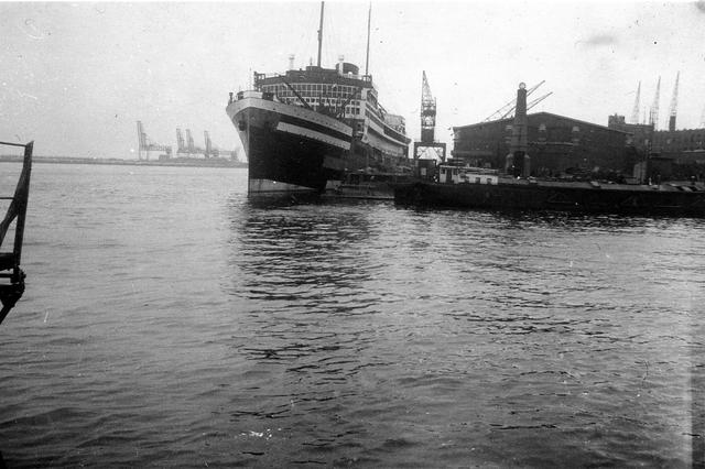 """830019 - WO2: WOII; Tweede Wereldoorlog. Oorlogsjaren. """"SS Baloeran aan de Bataviakade."""""""