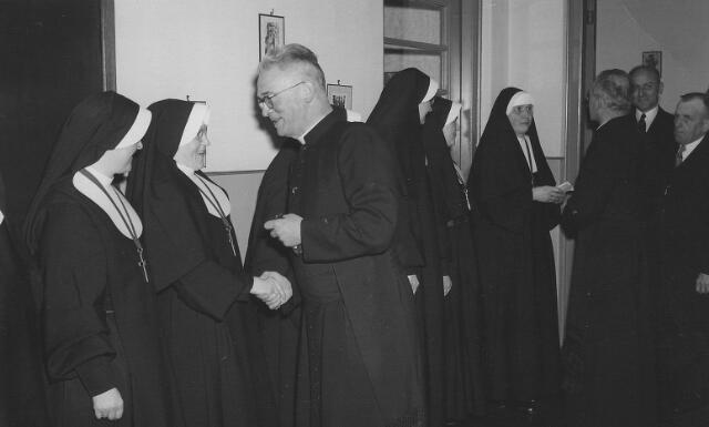 063778 - Pastoor van Riel tijdens de receptie van de zusters van het Kostbaar Bloed ter gelegenheid van de viering van het 75-jarig bestaan van hun succursaalhuis in Goirle. De receptie vond plaats van 12 tot 13 uur in de kleuterschool van de zusters aan de St. Jansstraat.