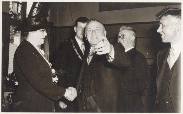 047327 - Tijdens de receptie in de trouwzaal t.g.v. de installatie van burgemeester Elsen. Van links naar rechts mevrouw Elsen, haar zoon, burgemeester Elsen, raadslid Th. Couwenberg, pastoor van Riel en raadslid W.J.C. (Helmus) Bruers.