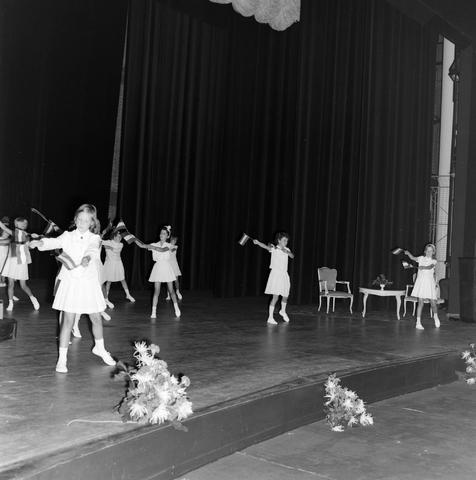 1237_012_999-2_002 - Textiel. Garenfabriek . Van Besouw. Jubileum J.B.M.Mes 1966 Schouwburg Tilburg. Optreden kinderen