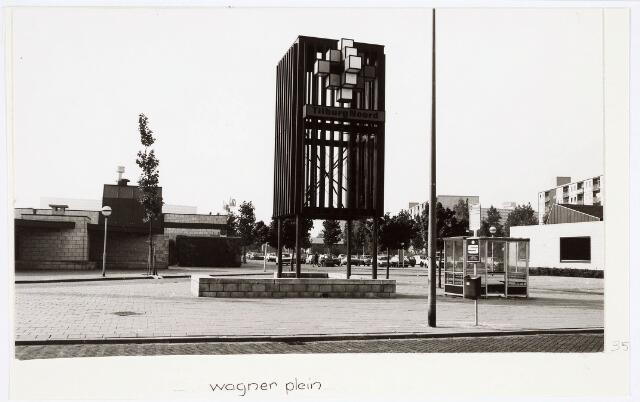 034212 - Het busstation in Tilburg Noord. Links op de foto winkelcentrum Tilburg Noord.