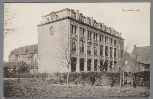 065573 - Onderwijs. Een gezicht op de Normaalschool van de Congregatie van de  broeders van de Christelijke scholen gesticht in 1910 samen met het klooster enhet juvinaat aan de Pastoor de Katerstraat 7 te Baarle Hertog. In 1932 bouw van de kweekschool St. Jean Baptist de la Salle. In 1972 vertrokken de laatste broeders, nu gemeenschapshuis; achter het klooster gymnastiekzaal 1930; Amsterdamse Schoolstijl bedoeld voor beide scholen; er ligt een fraaie tuin achter het klooster met grote gazons en vele mooie en grote bomen.