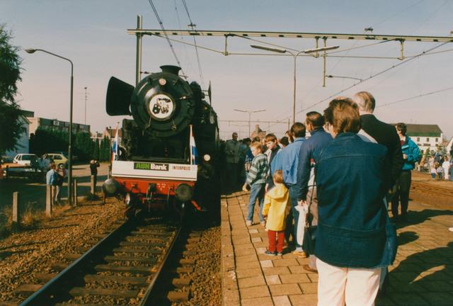 651297 - Tilburg, 125 jaar stad aan het spoor. Manifestatie. Na de toespraak van de burgervader (A.M.J.C. Aarts) van Gilze-Rijen moet de trein nog even wachten op vertrek. Eerste moet de normale personentrein naar Tilburg nog passeren. De bewoners van Gilze-Rijen krijgen daardoor de gelegenheid om de trein, vooral de stoomlocomotief, van dichtbij  te bekijken. En er was nogal belangstelling voor.