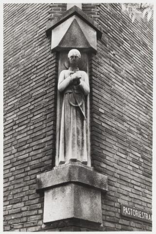 """067939 - Beeld van de zalige PEERKE DONDERS, """"de apostel der melaatsen"""",  van de hand van Manus EVERS (1903-1981). Materiaal: Franse kalksteen. Het beeld is geplaatst in de voorgevel van het Fraterhuis """"Petrus Donders"""", kardinaal De Jongplein 15, hoek Pastoriestraat. Het werd aangeboden door de architect van het Fraterhuis, C.J.W. Panis (1891-1972), b.g.v. de ingebruikname van het gebouw.     Trefwoorden: Kerkelijke kunst, openbare ruimte."""