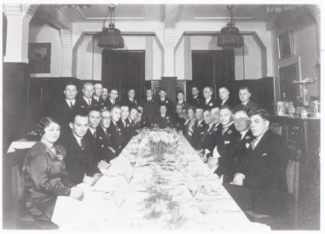 038521 - Volt - Directie - Gedenkboek.    Afscheid van Ir. S. Aninga directeur van Volt in 1933.  Staand v.l.n.r.: Huib Kuijsters, Jan Vermeulen, Lammens, Piet van de Goor, Jan van de Berg, Klaas de Haas, Banz,   Jan Kipperman, Peuscher, Jan Brekelmans, Dirk Oldenhof, Jan Peijs en Geerts.  Zittend v.l.n.r.: Zuster van de Ven, van Mol, Lahay, Barend Fruithof, Jan Repko, Van Hee, Ledeboer, Ten Broeke,  Pim Verhoeven, Sietse Aninga, Hubert, de Vleeschouwer, Mw. Helsloot, Jan van Gorp, Wim Onrust, van de Burgt,   Nol van de Ven,Koos Desmares, Piet Moeskops. Locatie: Hotel Riche op de Heuvel in Tilburg. Genoemden hadden allen een min of meer leidinggevende en of hogere technische functie.